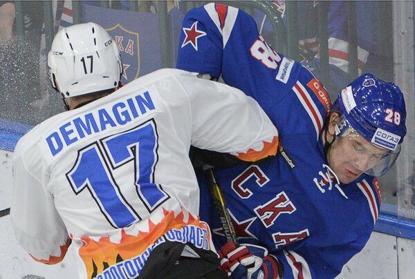 Форвард Северстали Сергей Демагин (слева) и защитник СКА Андрей Зубарев