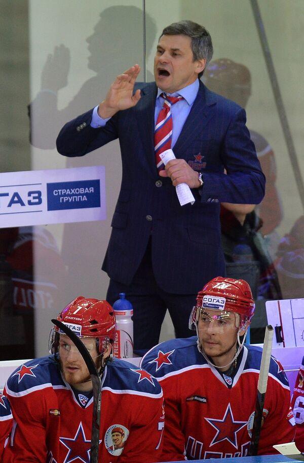 Главный тренер ПХК ЦСКА Дмитрий Квартальнов (на втором плане) и хоккеисты клуба