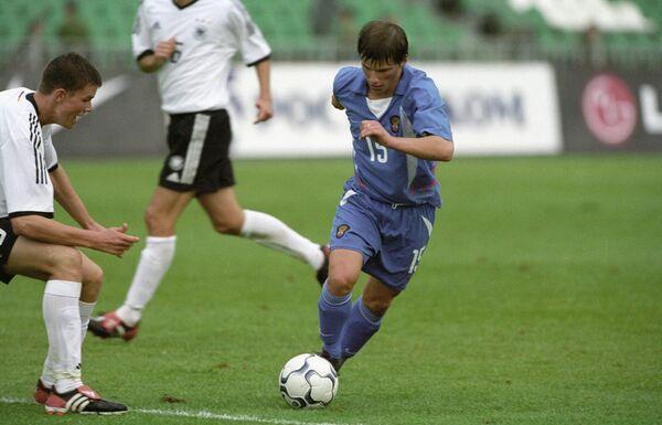 Полузащитник молодежной сборной России Андрей Аршавин (справа) во время матча против команды Германии, 2003 год