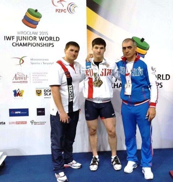 Илья Атнабаев (в центре)