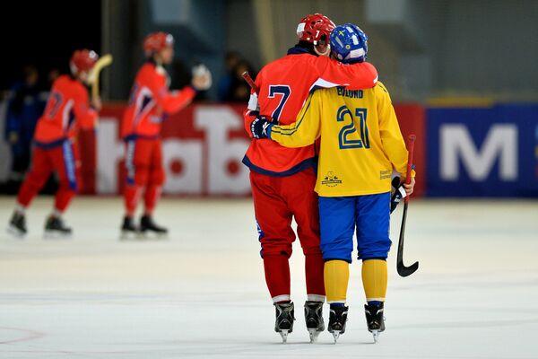 Игрок сборной России Сергей Ломанов (слева) и игрок сборной Швеции Кристофер Эдлунд