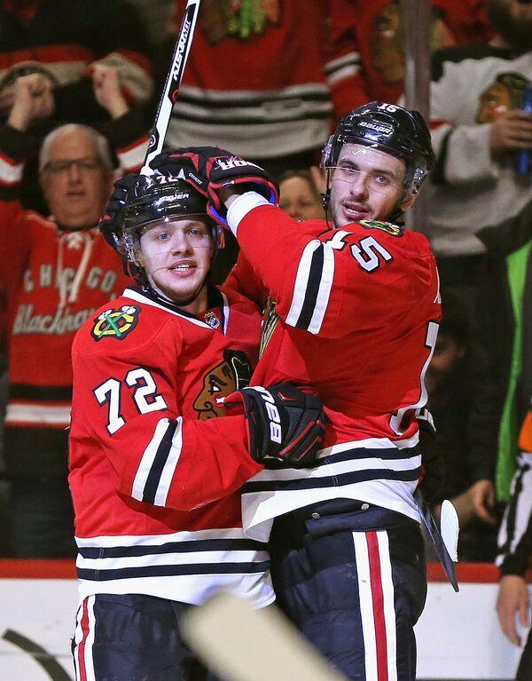 Форварды клуба НХЛ Чикаго Блэкхоукс Артемий Панарин и Артем Анисимов (слева направо)