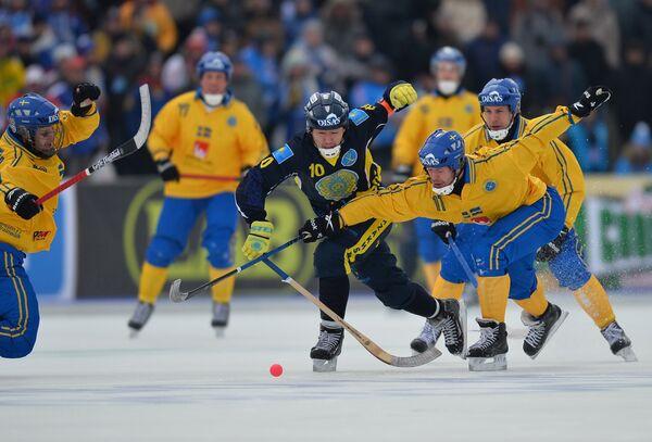грок сборной Казахстана Рауан Исалиев (в центре) и игрок сборной Швеции Давид Пиццони-Эльфвинг (справа)