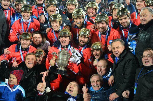 Игроки сборной России с Кубком чемпионов мира по хоккею с мячом 2016 в Ульяновске во время церемонии награждения