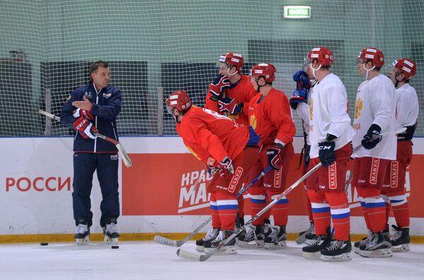 Главный тренер сборной России Олег Знарок и хоккеисты борной России