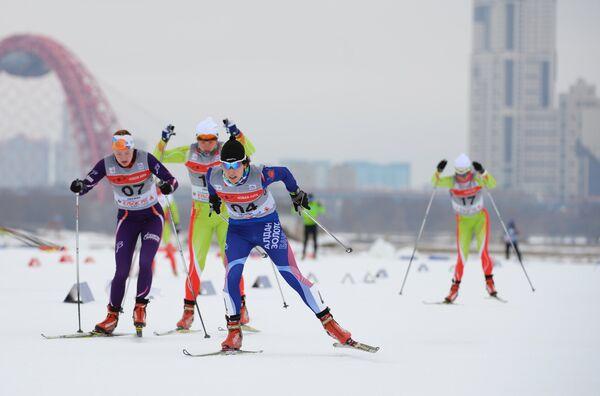Участницы во время индивидуального спринта среди женщин на Континентальном кубке FIS в Москве