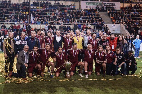 Футболисты сборной России фотографируются после финального матча ветеранского футбольного турнира Кубок легенд