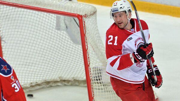 Нападающий Витязя Никита Выглазов забрасывает шайбу в ворота ЦСКА