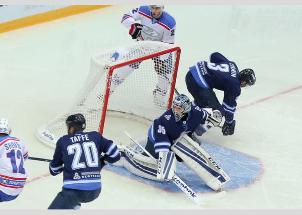 Игровой момент матча КХЛ между Ладой и Нефтехимиком