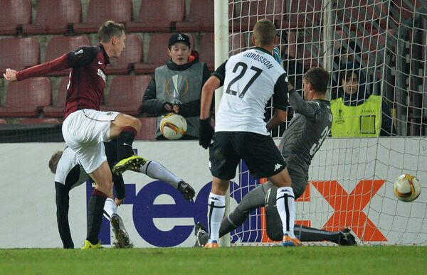 Форвард Спарты Лукаш Юлиш (слева) забивает гол в ворота Краснодара