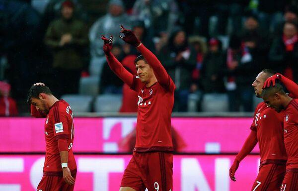 Футболисты Баварии радуются забитому мячу Роберта Левандовского (в центре)