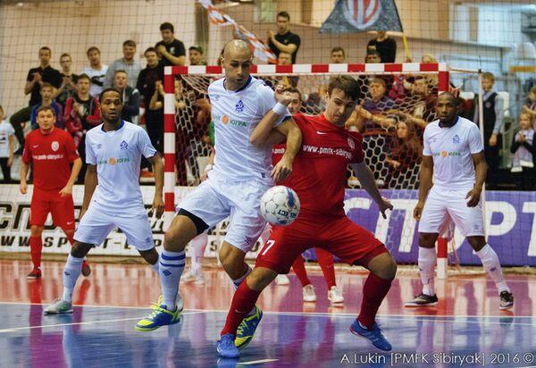 Игровой момент матча Сибиряк - Динамо