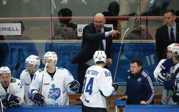 Главный тренер Адмирала Александр Андриевский (в центре)