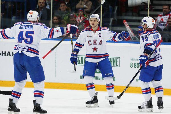 Защитник ХК СКА Андрей Кутейкин и форварды ХК СКА Вадим Шипачев и Максим Чудинов (слева направо)