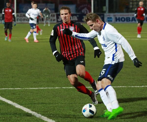 Защитник Динамо Томаш Губочан и форвард Амкара Александр Прудников (справа налево)