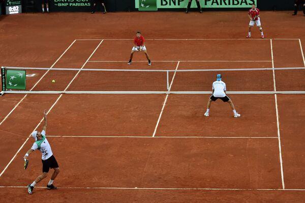 Игровой момент матча между сборными Италии и Швейцарии по теннису