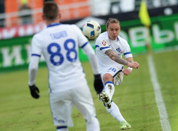 Футболисты московского Динамо Андрей Ещенко (справа) и Александр Ташаев
