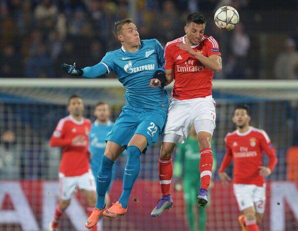 Форвард Зенита Артём Дзюба (слева) и полузащитник Бенфики Андреас Самарис