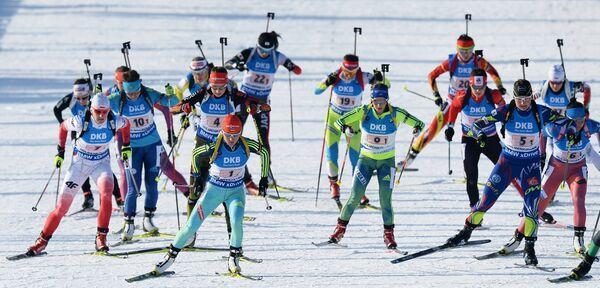 Спортсменки на дистанции эстафеты среди женщин на чемпионате мира по биатлону в норвежском Холменколлене
