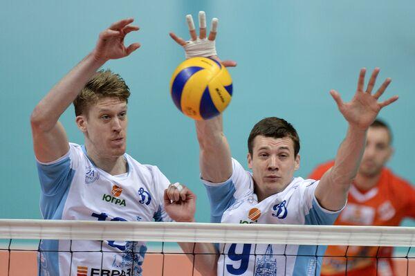 Блокирующий ВК Динамо Максвелл Холт (слева) и доигровщик ВК Динамо Юрий Бережко