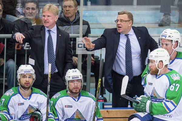 Главный тренер Салавата Юлаева Игорь Захаркин (справа на втором плане) и тренер Салавата Юлаева Николай Борщевский (слева на втором плане)