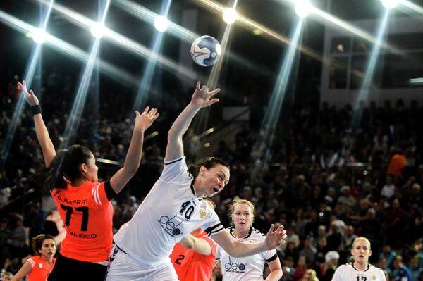 Игрок сборной России Елена Сливинская (справа на первом плане) и игрок сборной Мексики Белен Агуерре Галлегос