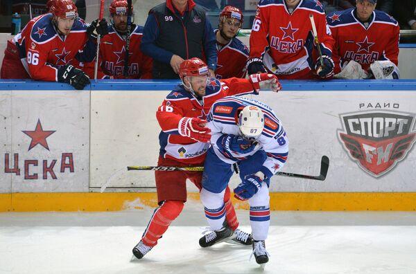 Форварды ЦСКА Джефф Плэтт (слева) и СКА Вадим Шипачёв