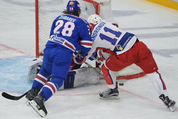 Защитник СКА Андрей Зубарев (слева) и форвард ЦСКА Сергей Андронов