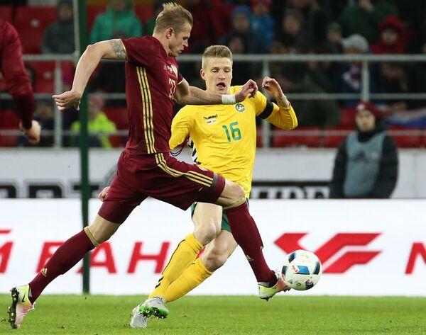 Полузащитник сборной России Дмитрий Тарасов (слева) и полузащитник сборной Литвы Выкинтас Сливка