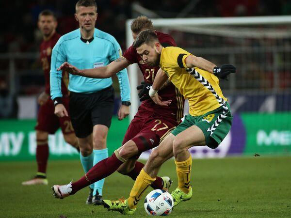 Форвард сборной Литвы Лукас Спальвис (справа)