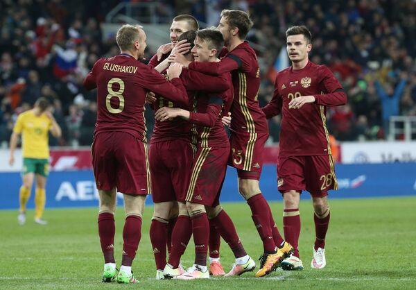 Игроки сборной России радуются забитому голу
