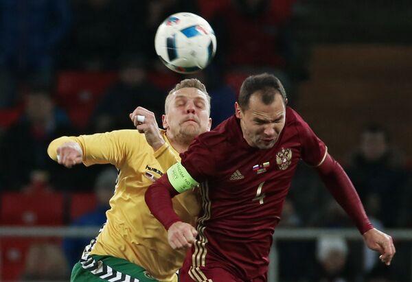 Защитник сборной России Сергей Игнашевич (справа)