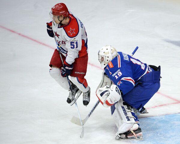 Форвард ЦСКА Антти Пильстрём (слева) и вратарь СКА Микко Коскинен