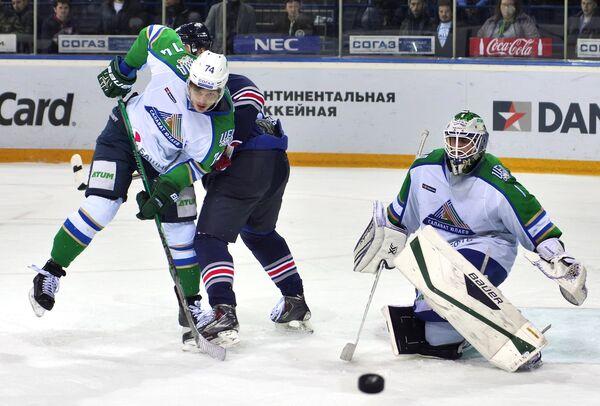 Форвард Салавата Юлаева Николай Прохоркин (слева) и вратарь Салавата Юлаева Никлас Сведберг