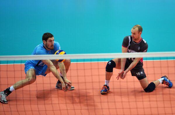 Волейболисты казанского Зенита Максим Михайлов (слева) и Алексей Вербов