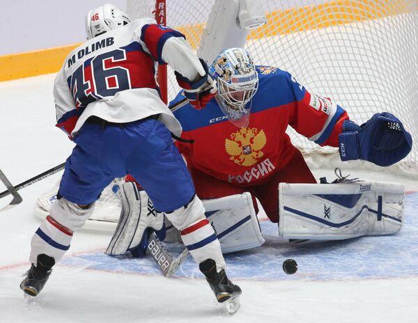 Вратарь сборной России Иван Налимов (справа) и форвард сборной Норвегии Матис Олимб