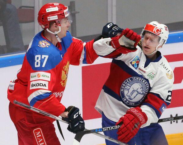 Форварды сборной России Максим Шалунов (слева) и сборной Норвегии Никлас Роэст