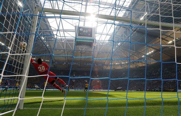 Игровой момент матча чемпионата Германии по футболу Шальке - Боруссия (Дортмунд)