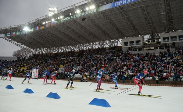 Биатлонистки на дистанции смешанной женской эстафеты во время международных соревнований по биатлону и лыжным гонкам приз губернатора Тюменской области