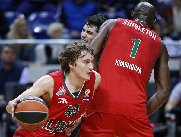 Баскетболисты Локомотива Райан Брокхофф (слева) и Крис Синглтон (справа)
