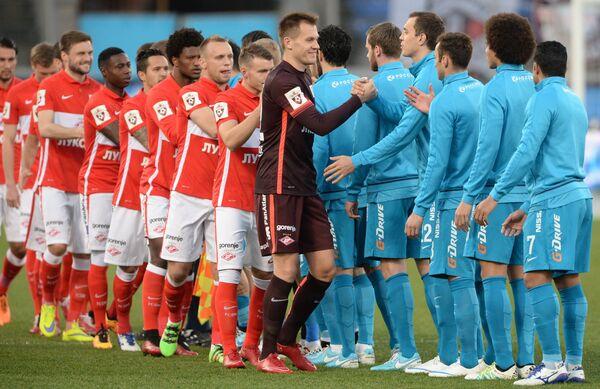 Футболисты Спартака и Зенита (слева направо) приветствуют друг друга