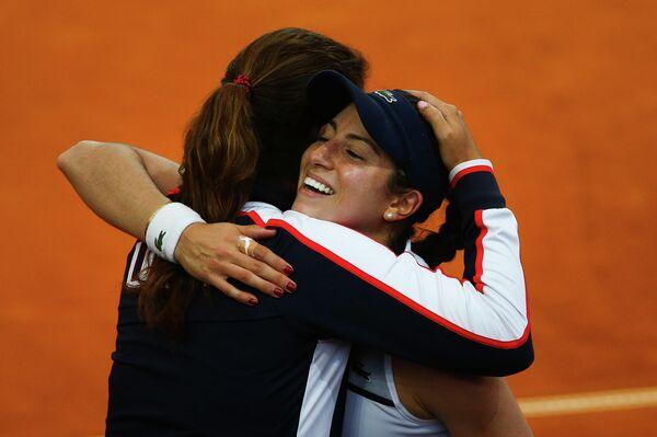 Теннисистка сборной США Кристина Макхейл (справа) и капитан команды Мэри Джо Фернандес