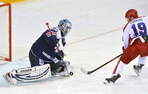 Вратарь Металлурга Василий Кошечкин (слева) и форвард ЦСКА Михаил Юньков