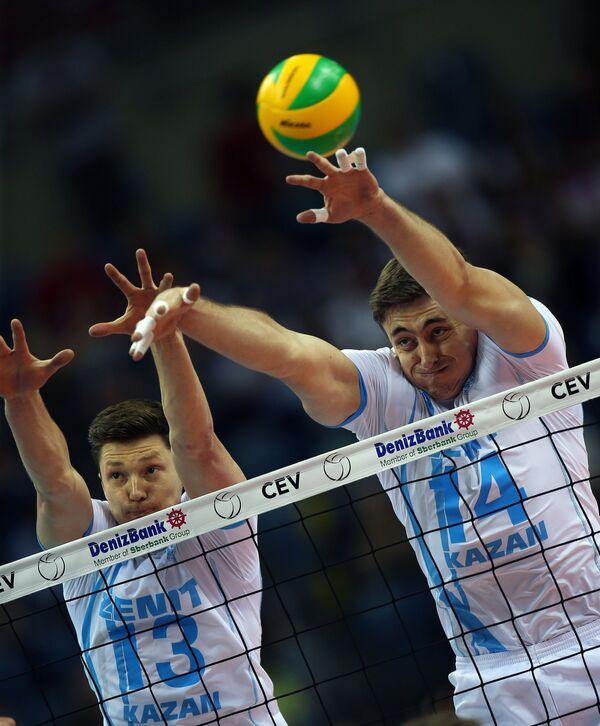 Волейболисты казанского Зенита Игорь Кобзарь (слева) и Александр Гуцалюк