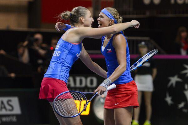 Чешские теннисистки Каролина Плишкова и Люция Градецкая (слева направо)