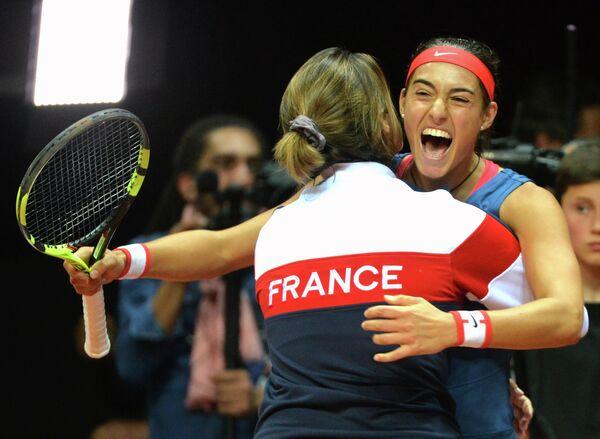 Капитан женской сборной Франции по теннису Амели Моресмо и Каролин Гарсия (слева направо)
