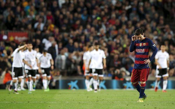 Форвард Барселоны Лионель Месси на фоне радующихся футболистов Валенсии