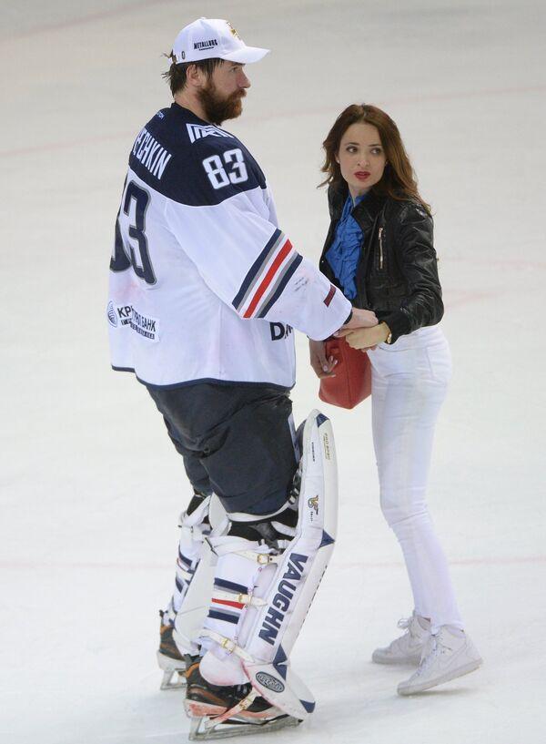 Вратарь Металлурга Василий Кошечкин с женой