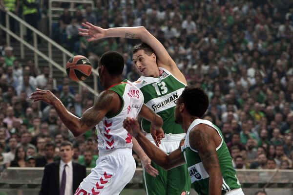 Игровой момент матча Панатинаикос - Баскония