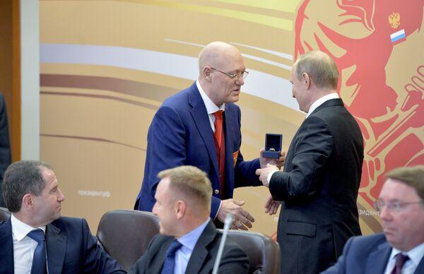 Владимир Путин (справа на втором плане) и Владимир Петров (слева на втором плане)